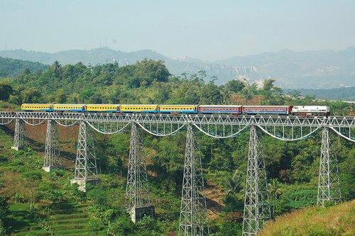 jalur-berbahaya-7-jalur-kereta-ini-punya-pemandangan-bagus