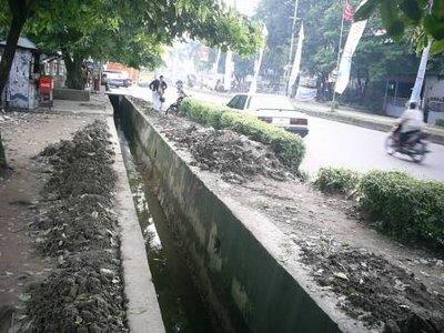 menjaga kelestarian saluran drainasi dari pendangkalan dan sampah